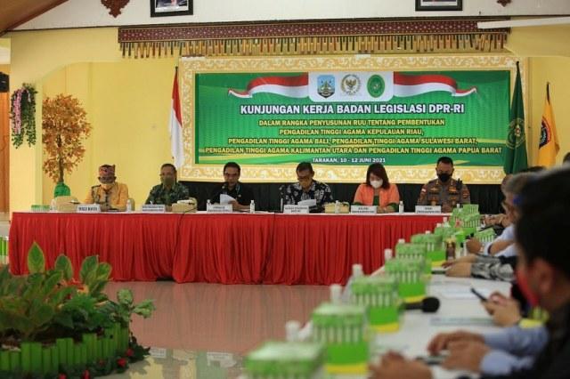 Rapat Baleg DPR RI dengan pemerintah daerah di gedung Serbaguna Kantor Wali Kota Tarakan, Kamis (10/6/2021). (foto: Prokopimda Tarakan)