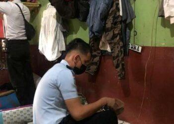 Petugas Lapas Kelas IIA Tarakan memeriksa salah satu kamar hunian. (foto: Lapas Kelas IIA Tarakan)