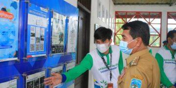 Community Development Pertamina EP Tarakan Field M Abrar Putra Siregar menjelaskan kepada Gubernur Kaltara Zainal A. Paliwang kegiatan yang dilakukan dalam rangka pembenahan kebun raya anggrek Tarakan. (foto: PT. Pertamina Tarakan Field)