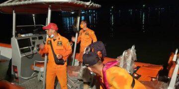 Tim SAR Tarakan bersiap menuju lokasi hilangnya Ilyas. Sabtu (12/6/2021) malam. (foto: Kantor Pencarian dan Pertolongan Tarakan)