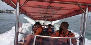 Tim SAR dari Kantor Pencarian dan Pertolongan Tarakan bertolak dari pelabuhan Tengkayu I Tarakan menuju lokasi kecelakaan SB Rian. (foto: Kantor Pencarian dan Pertolongan Tarakan)