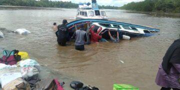 Speedboat Riyan terbalik di Sungai Sembakung, Desa Pelaju, Kecamatan Sembakung, Kabupaten Nunukan, Senin (7/6/2021). (foto: Istimewa)