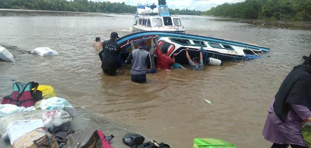 SB Rian terbalik di Sungai Sembakung, Desa Pelaju, Senin (7/6/2021). (foto: Istimewa)