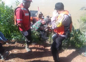 Tim SAR gabungan mengevakuasi jasad Jimy Fren ke darat untuk dibawa ke RSUD Tarakan. (foto: Kantor Pencarian dan Pertolongan Tarakan)
