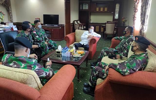 Sekda Nunukan Serfianus menerima kunjungan Tim Pusat Pengkajian Strategi (Pusjianstra) Mabes TNI di ruang kerjanya, Rabu (9/6/2021). (foto: Humpro Setda Nunukan)