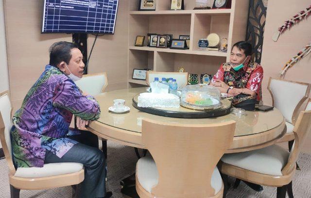 Gubernur Kaltara Zainal A. Paliwang (kanan) berbincang dengan Ketua DPRD Kaltim HAPK Makmur di Kantor Gubernur, Tanjung Selor, Kabupaten Bulungan, Kamis (3/6). (foto: DKISP Kaltara)