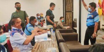 Gubernur Kaltara Zainal A. Paliwang menyapa peserta Rakerprov KONI Kaltara di Tarakan, Sabtu (19/6/2021). (foto: DKISP Kaltara)