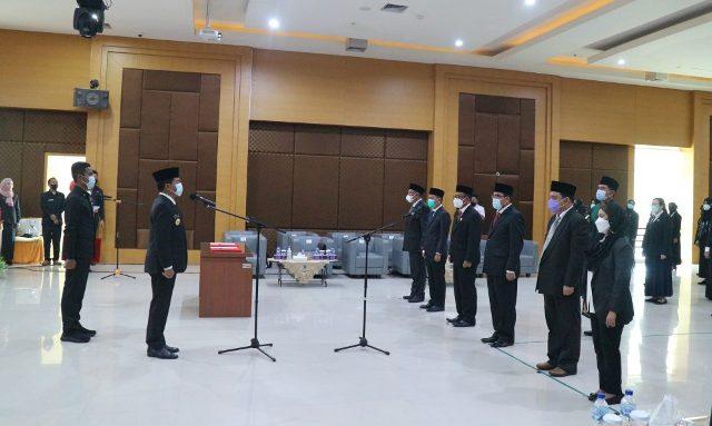 Gubernur Kaltara Zinal A. Paliwang (kiri) melantik lima Dewas RSUD Tarakan masa bakti 2021-2025, serta 127 orang pejabat fungsional tertentu di lingkungan RSUD Tarakan, Senin (7/6/2021). (foto: dkisp Kaltara)