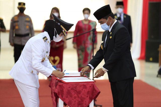 Gubernur Kaltara Zainal A. Paliwang (kanan) menyaksikan penandatangan berita acara pelantikan oleh Bupati Nunukan Asmin Laura Hafid. (foto: DKISP Kaltara)