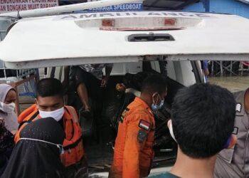 Jenazah Ilyas dievakuasi ke ambulance untuk dibawa ke rumah keluarganya. (foto: Kantor Pencarian dan Pertolongan Tarakan)