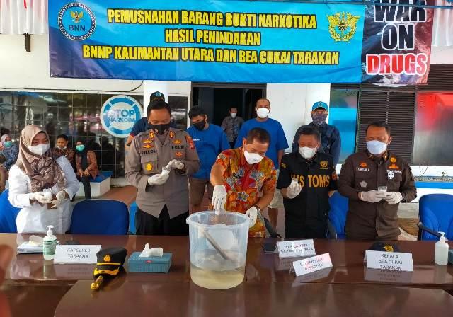 Pemusnahan barang bukti sabu 330 gram di Kantor BNNP Kaltara di Tarakan, Rabu (9/6/2021). (foto: jendelakaltara.co)