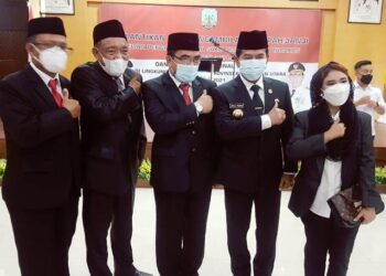 Gubernur Kaltara Zainal A. Paliwang bersama Dewas RSUD Tarakan, salah satunya dr. Ari Yusnita (kanan). (foto: DKISP Kaltara)