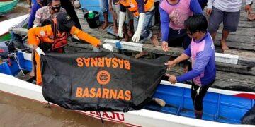 Tim SAR gabungan mengevakuasi korban ke dermaga Desa Atap untuk menuju Puskesmas Desa Atap. (foto: Istimewa)