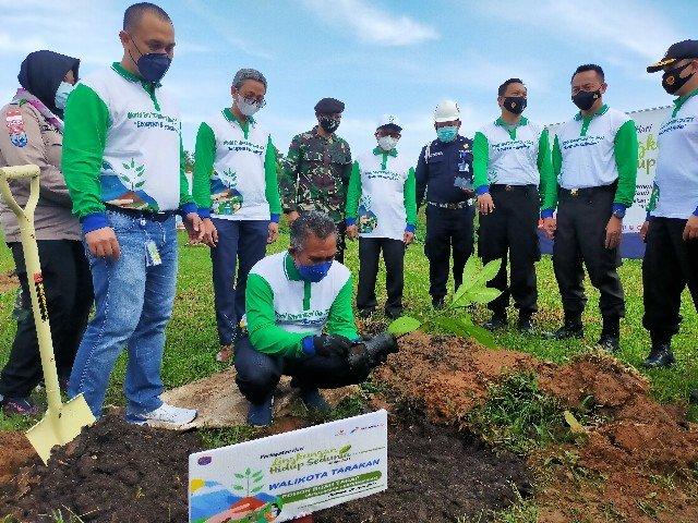 Wali Kota Tarakan dr. H. Khairul M.Kes menanam bibit pohon Terap disaksikan Tarakan Field Manager Isrianto Kurniawan dan sejumlah Forkopimda Tarakan, Senin (7/6/2021). (foto: jendelakaltara.co)