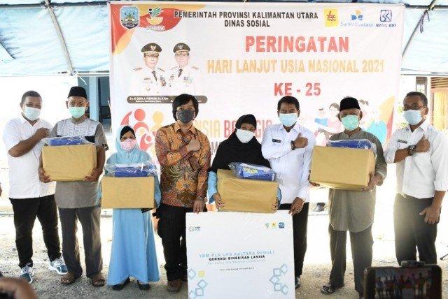 Gubernur Kaltara Zainal A. Paliwang bersama lansia pada Peringatan HLUN 2021 ke 25, Rabu (9/6/2021). (foto: dkisp Kaltara)