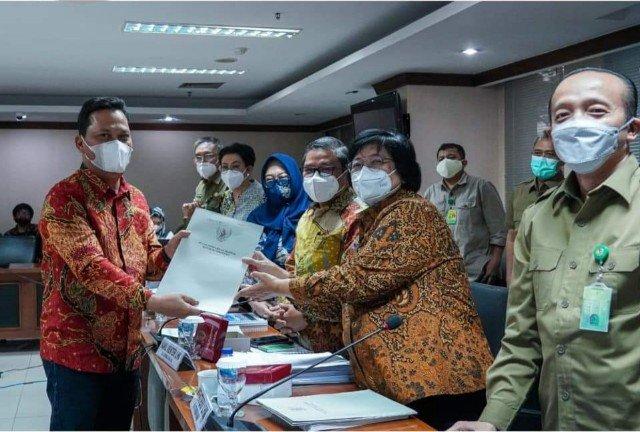 Wakil Ketua Komite II DPD RI yang juga senator Kaltara Hasan Basri (kiri) usai membahas program kerja KLHK bersama Menteri LHK Siti Nurbaya Bakar. (foto: Tim HB)